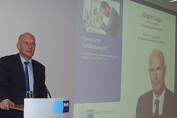 Jürgen Loga bei einem Vortrag